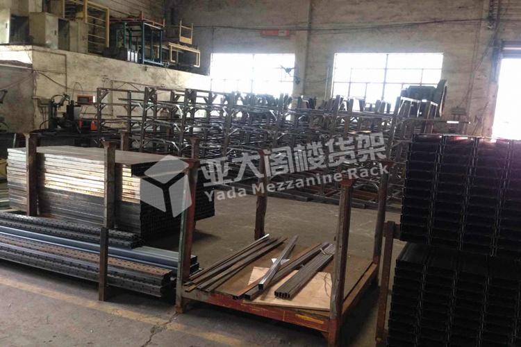 广州亚大阁楼货架厂家订单不断,工厂人员正全力以赴赶货中